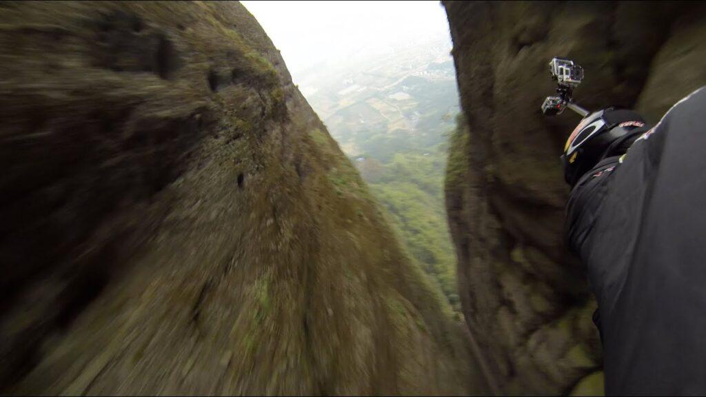 Jeb Corliss à réussit à passer en Wingsuit dans la faille de Jianglangshan en Wingsuit