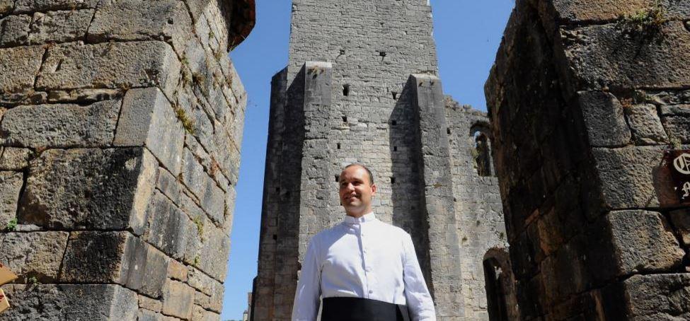 Un curé saute en parachute pour financer son abbaye