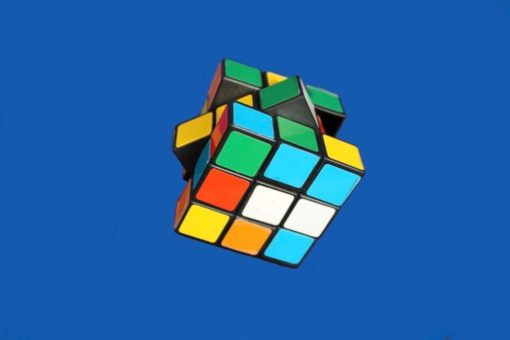 rubiks cube pendant la chute libre