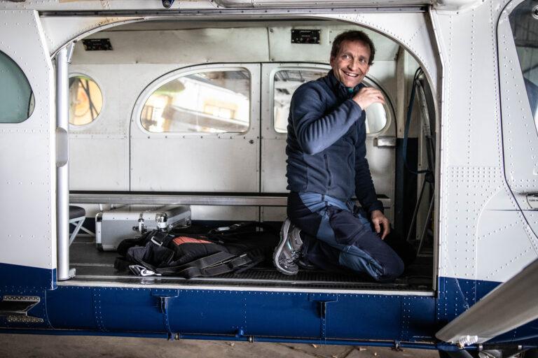 Alix prépare son avion avec beaucoup d'enthousiasme. Go pour vos sauts en parachute proche de Paris
