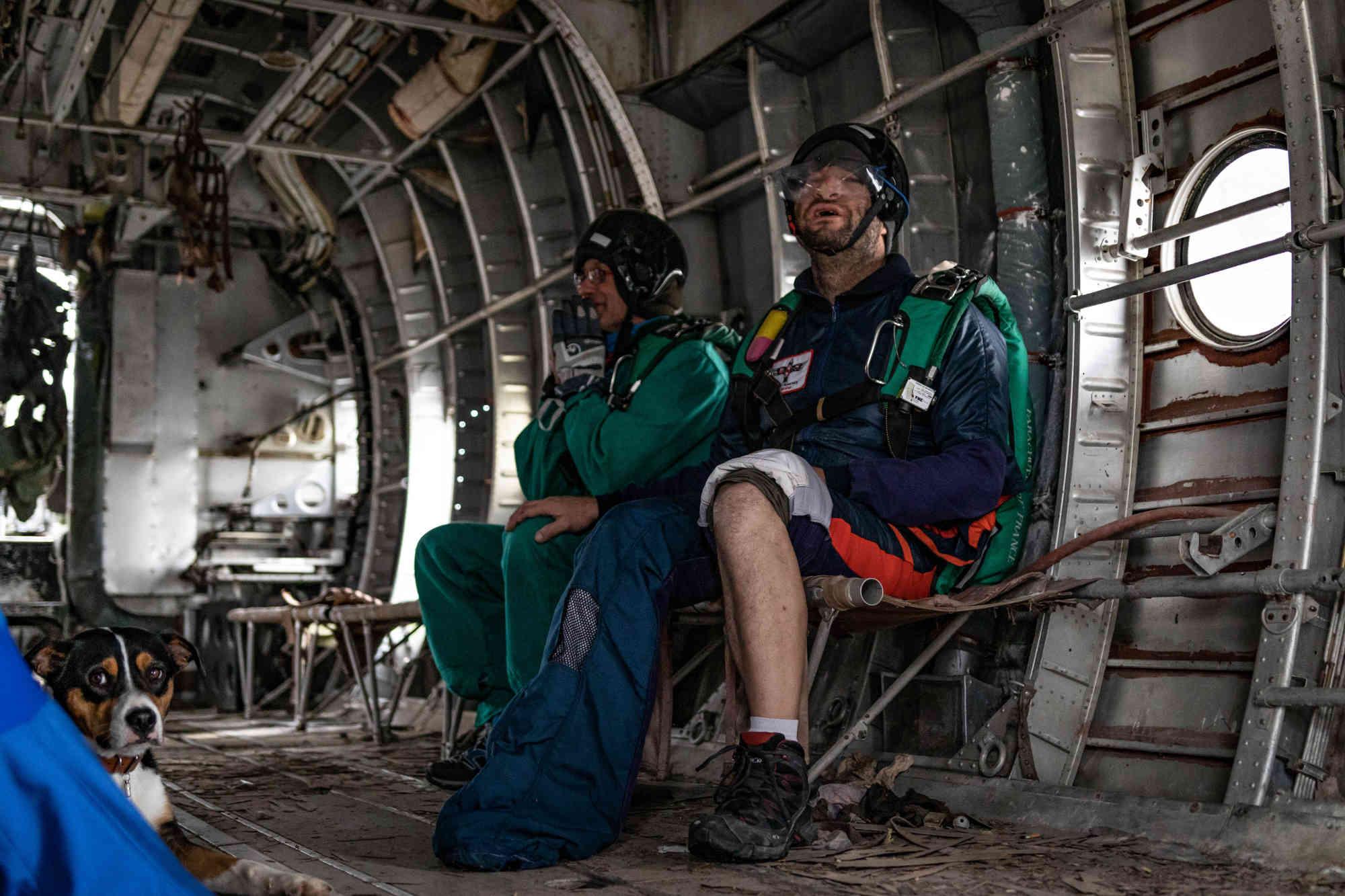 L'autre partie du staff manque plus que le pilote pour pouvoir sauter en parachute à proximité de Paris
