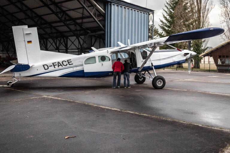 première sortie de l'avion des parachutistes, Pilatus D-FACE Brienne Aube Parachutisme saut en parachute proche de Paris