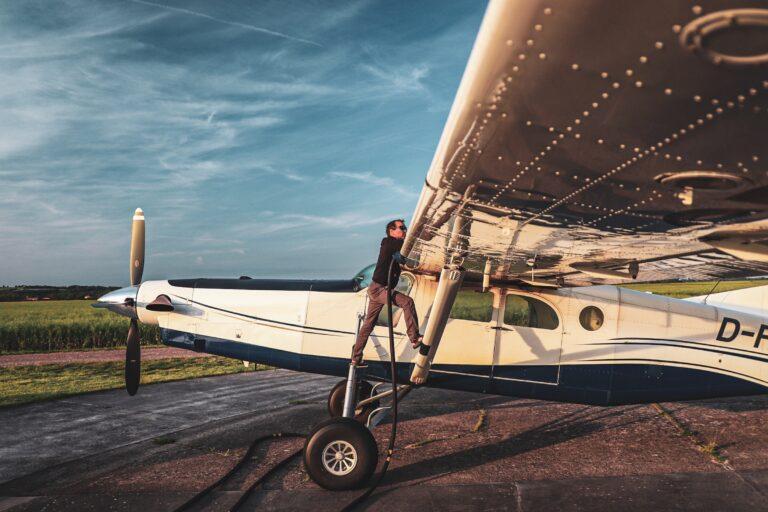 Pilote fait le plein de Kérosène Pilatus Brienne Aube Parachutisme centre de saut en parachute proche de Paris