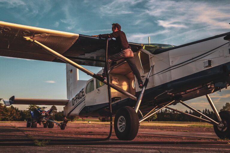 Pilote fait le plein de Kérosène Pilatus Brienne Aube Parachutisme centre de saut en parachute proche de Reims