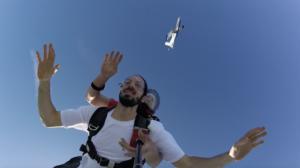 Lomepal rappeur français saute en parachute en tandem chez Aube Parachutisme