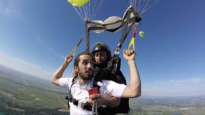 Lomepal pilote le parachute avec son moniteur tandem Jimmy