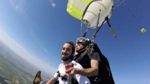 Lomepal a le sourire après son baptême en parachute à Brienne